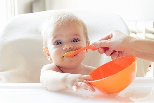 Feste Nahrung für das Baby