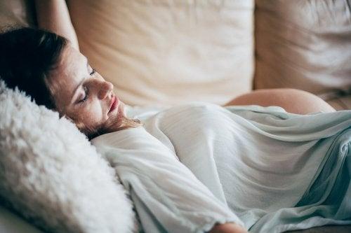Schlafpositionen für die Schwangerschaft die man vermeiden sollte