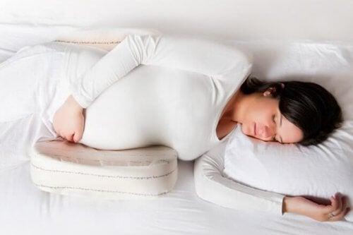 Schlafpositionen für die Schwangerschaft mit Kissen