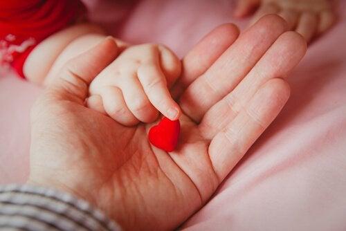 Blutgruppe des Babys - Blutgruppe-des-Babys-baby-haelt-herz