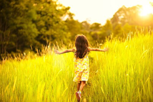 hyperaktiven Kind - Feld-mit-laufendem-hyperaktiven-Kind