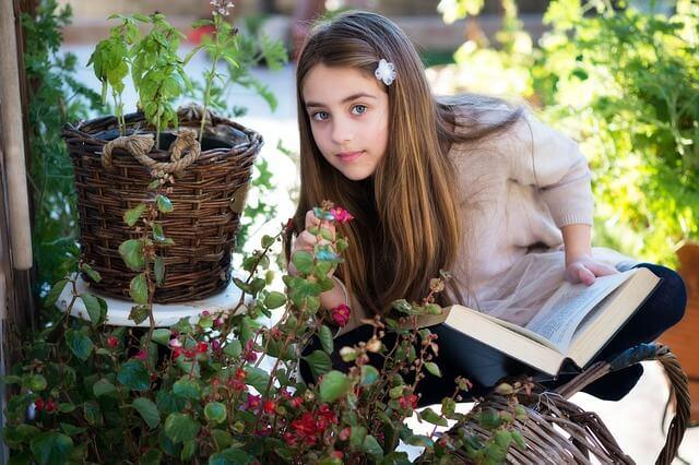 Hochbegabte Kinder gelten oft als schüchtern, dabeo brauchen sie oft einfach mehr Zeit für sich, um ihren Wissensdurst zu stillen.