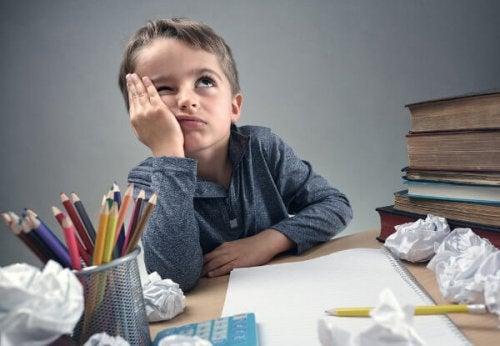 hyperaktiven Kind - Schreibtisch-mit-gelangweiltem-hyperaktiven-Kind