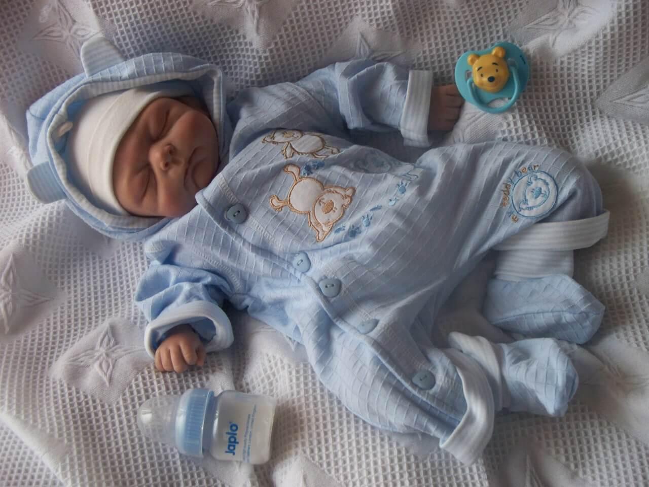 Neugeborenes - baby-junge-in-pyjama