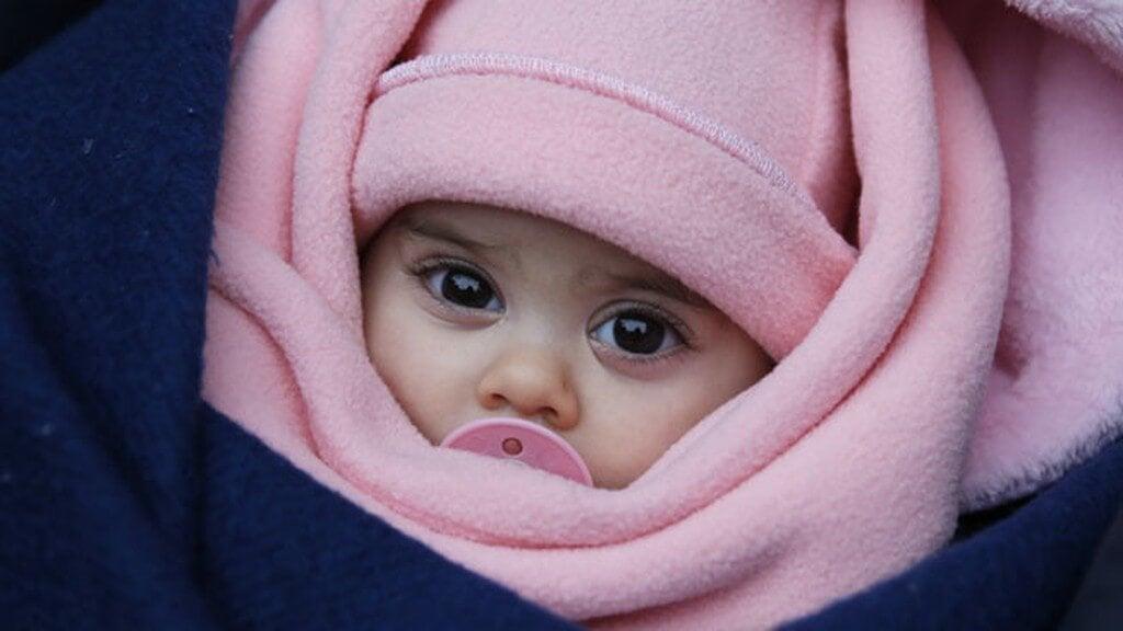 Neugeborenes - baby-maedchen-eingewickelt