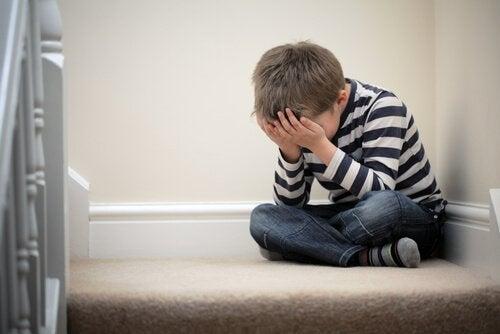 Nicht spielen: Junge sitzt auf Treppe