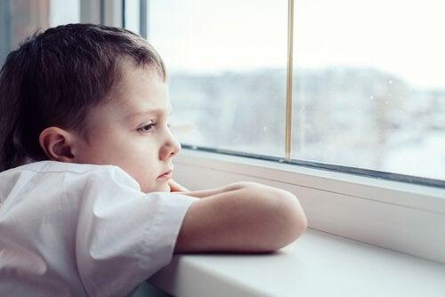 Nicht spielen: Junge denkt nach