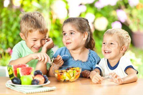 Kinder essen Snacks draußen