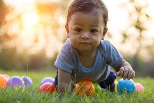 Die Entwicklung des Krabbelns bei Babys