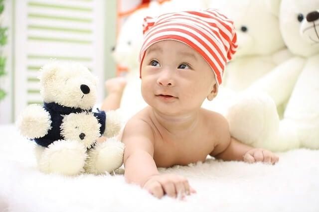 Ein Teddybär als erstes Spielzeug
