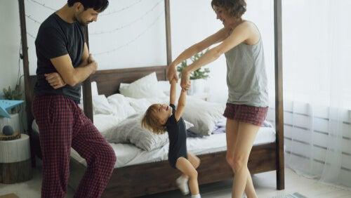 Eltern tanzen mit ihrem Kind