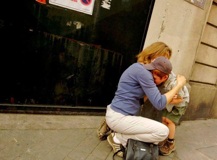 Eltern trösten bei Mobbing unter Kindern