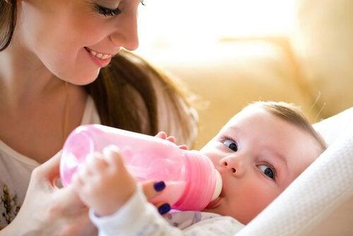Fütterung mit Zwiemilch wird durch Baby oder Eltern entschieden