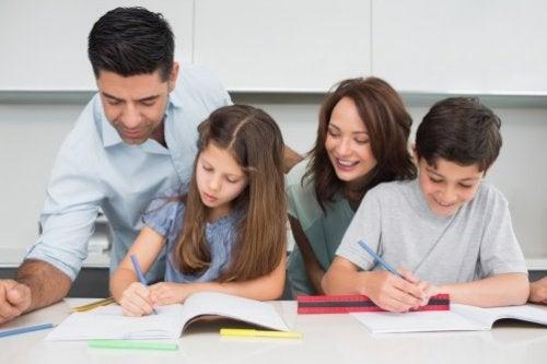 teilen uns die Verantwortung - familie-macht-hausaufgaben-zusammen