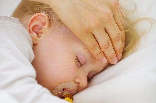 Fiebersenken bei Kindern mit Hilfsmitteln