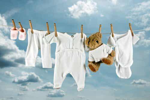 So kannst du Flecken aus Kinderkleidung entfernen