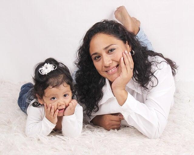Glückliche Mütter verbringen Zeit mit ihren Töchtern