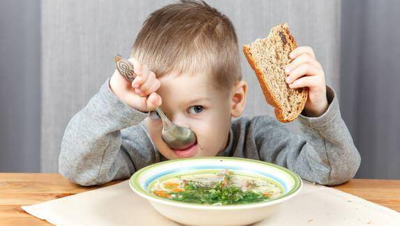 Schlechte Gewohnheiten: Kind isst Suppe