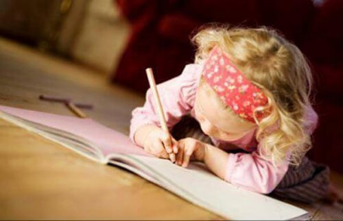 gute Lerngewohnheiten - kleines-maedchen-schreibt-ein-buch-als-gute-lerngewohnheit