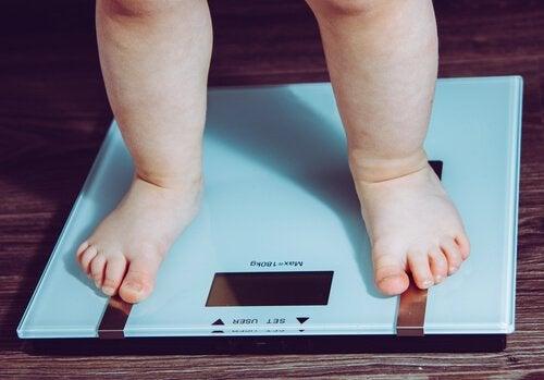 Kontrolle durch die Eltern, um die Folgen einer schlechten Kinderernährung abzuwehren