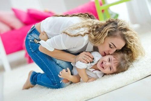 Glückliche Kindheit: Kind mit Mutter