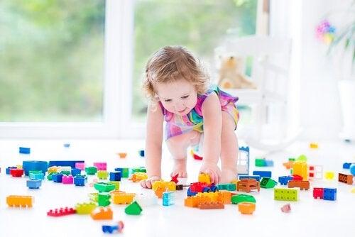 Motorische Entwicklung: Mädchen spielt