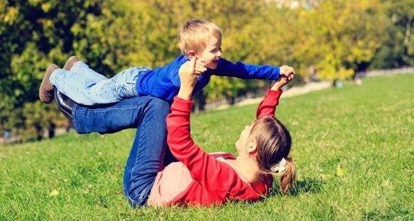 zweite Mutter - mutter-spielt-flugzeug-mit-sohn
