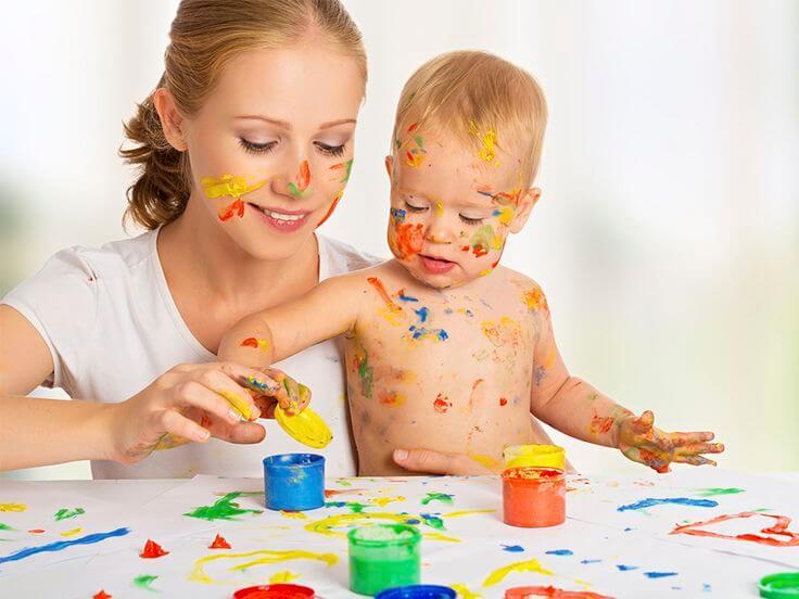 Mutter und Kind entdecken gemeinsam seine Sinne