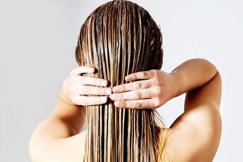 Schönheitsrituale für vielbeschäftigte Mütter bei den Haaren