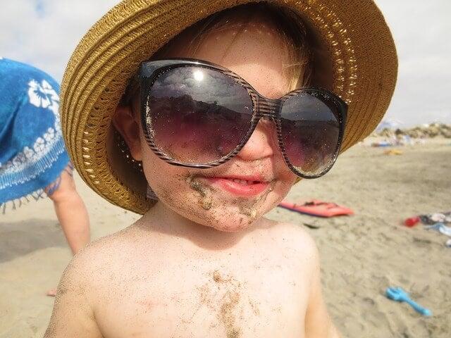 Sonnenbrille bei erstem Strandurlaub mit Baby
