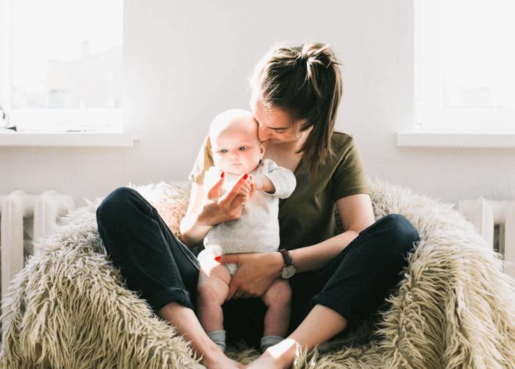 Wenn das Baby sich an der Muttermilch verschluckt, ruhig bleiben