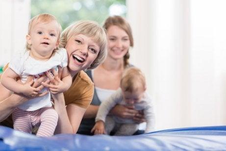 Baby Gyms Baby spielt auf Spielmatte
