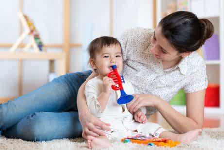 3 Möglichkeiten, dein Baby den ganzen Tag lang zu unterhalten