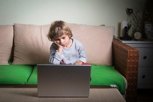Faulheit bei Kindern: Kind langweilt sich am Computer