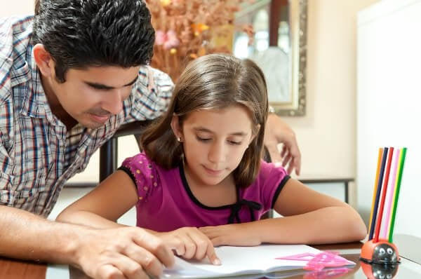 Hausaufgaben selbstständig machen, Papa hilft