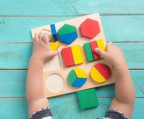 Im 12. Lebensmonat kannst du dein Baby mit bestimmtem Spielzeug fördern