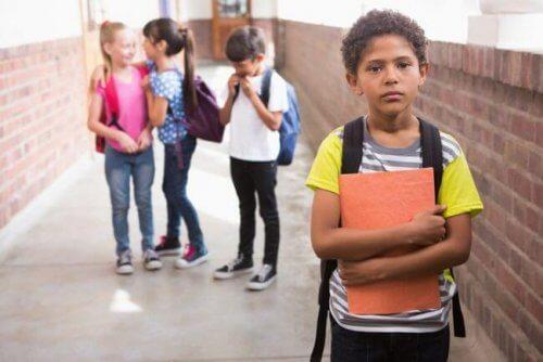 Schlechte schulische Leistungen - Junge-einsam-durch-Schlechte-schulische-Leistungen