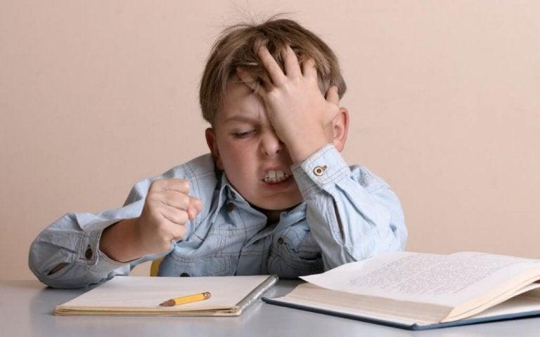 mit Frust umgeht - Junge-lernt-wie-man-mit-Frust-umgeht