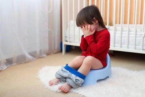 Kinder mit Gastroenteritis haben manchmal Durchfall.