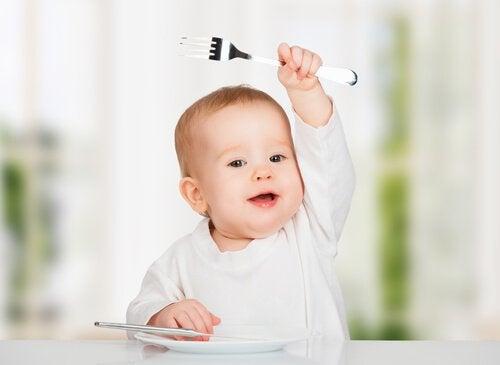 Kindern beibringt selbständig zu essen
