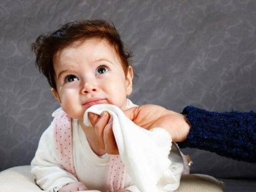 Das Spucken beim Baby sollte nicht mit Erbrechen verwechselt werden.