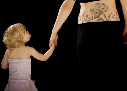 Mutter mit dem Tattoo mit dem Namen deines Kindes