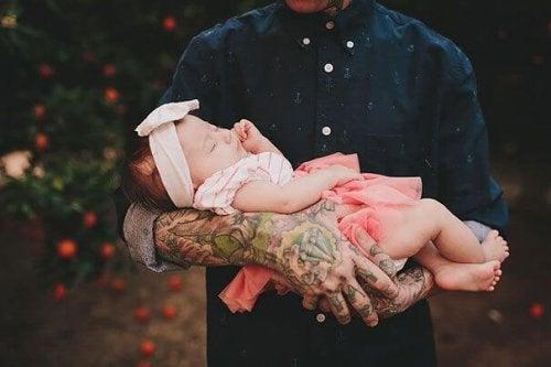 Starke Oberarme mit einem Tattoo mit dem Namen deines Kindes