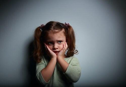 Ängstliches Kind im Dunkeln.