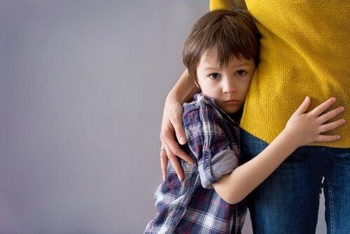 Kind was unter Ängste leidet und sich an seine Mutter klammert.