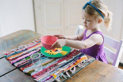 Altersgerechte Aufgaben für Kinder müssen unter Aufsicht durchgeführt werden.