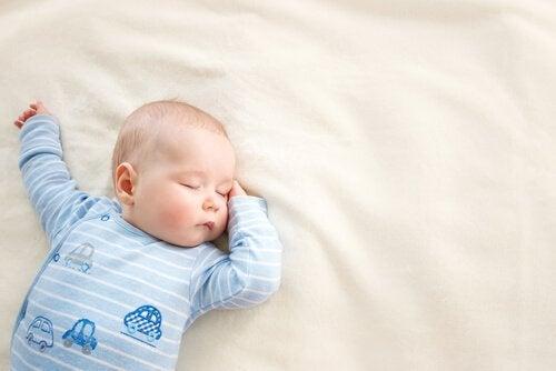 Baby dreht sich im Schlaf auf den Bauch