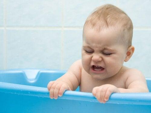 Das Baby baden trifft nicht bei allen Babys auf Anklang.