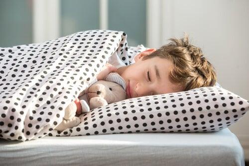 Die Schlafenszeit für Kinder hängt vom Alter ab