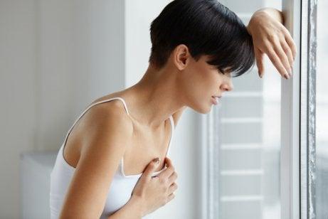 Die Ursachen von Brustspannen können behandelt werden